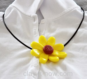 simple daisy clay, pendant